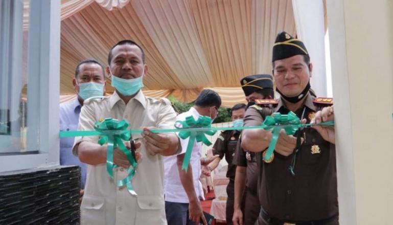 Wako Genius Umar bersama Kejari Pariaman, Azman Tanjung saat peresmian pengunaan pos security di kantor Kejari tersebut, Rabu (13/1). (Dok : Istimewa)