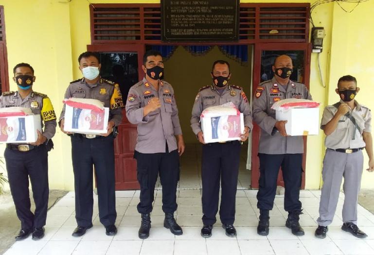 Kasat Binmas Polres Pessel AKP Gusfriandi bersama jajarannya ketika akan mendistribusikan paket bansos kepada warga di Painan, Rabu (4/8). (Dok : Istimewa)