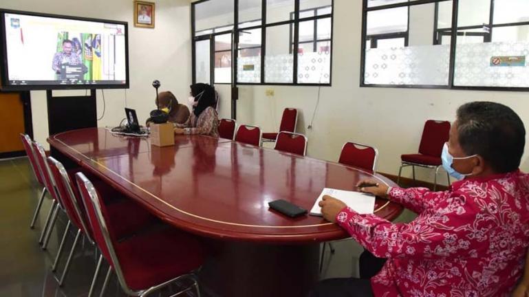Asisten II Setko Pariaman, Sumiramis sedang mengikuti sosialisasi dari Kemendagri secara virtual, Kamis siang (10/6). (Dok : Istimewa)
