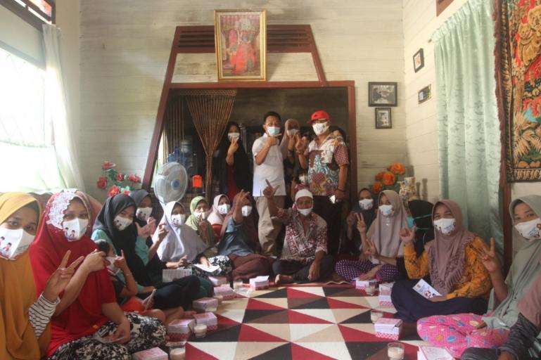 Cawagub Indra Catri bersama emak-emak di Pasar Bonjol, Pasaman, Sabtu (17/10). (Dok : Istimewa)