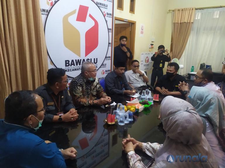 Sekjen Bawaslu RI, Gunawan Suswantoro didampingi Anggota Bawaslu Sumbar saat meninju Panwascam Kuranji, Kota Padang, Senin (27/7). (Foto : Amz)