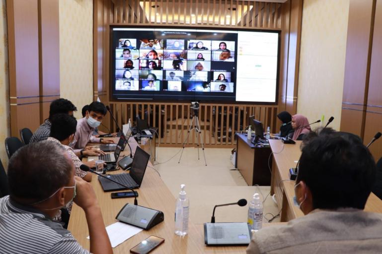Tim seleksi asisten ahli KI Sumbar sedang mengawasi ujian CAT peserta yang ikut, di Dinas Kominfo Sumbar, Minggu (7/2). (Dok : Istimewa)