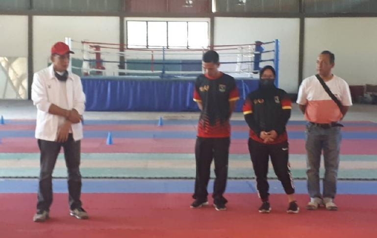 Ketua KONI Sumbar, Agus Suardi saat berikan motivasi kepada para atlet silat dan karate yang sedang ikuti latihan jelang PON Papua, Sabtu (12/6). (Dok : Istimewa)