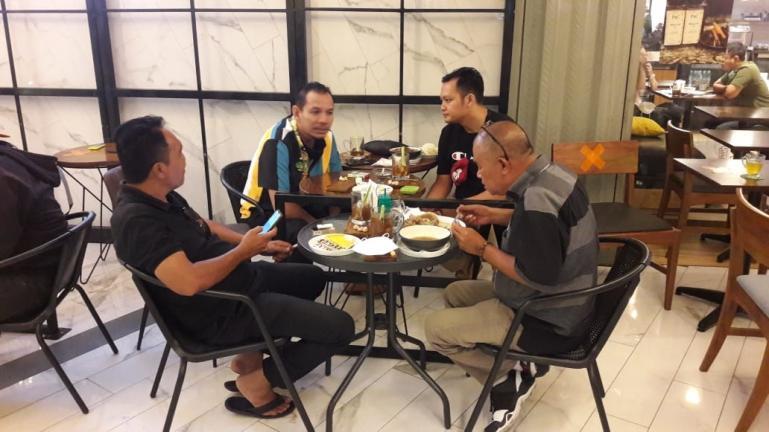 Ketua Umum IPPMI M Rafik Perkasa Alamsyah diskusi kebangsaan bersama Ketua Forum Wartawan Perlemen (FWP) DPRD Sumbar dan beberapa wartawan lainnya di Jakarta, Jumat (6/11). (Dok : Istimewa)