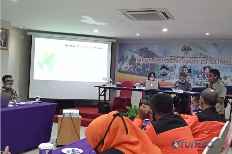 Ketua Forum Penanggulangan Kebencanaan Sumbar (FPKSB), Khalid Syaifullah saat memaparkan kajiannya menyangkut potensi kerawana bencana di Sumbar, Kamis (4/3). (Foto : Arzil)