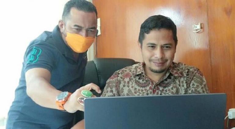 Ketua KI Sumbar, Nofal Wiska didampingi Komisioner KI Sumbar, Adrian Tuswandi saat ikuti rakernis KI se Indonesia secara virtual di Padang, Jumat (28/5). (Dok : Istimewa)