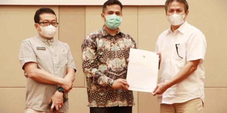 Ketua KI Sumbar, Noval Wiska dan Kadis Kominfo Sumbar, Jasman Rizal saat luncurkan aplikasi e-Monev 2021, Kamis,(1/7). (Dok : Istimewa)