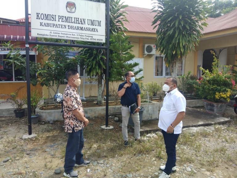 Saat Komisioner KI Sumbar lakukan visitasi kepada KPU Dharmasraya, Senin (12/10). (Dok : Istimewa)