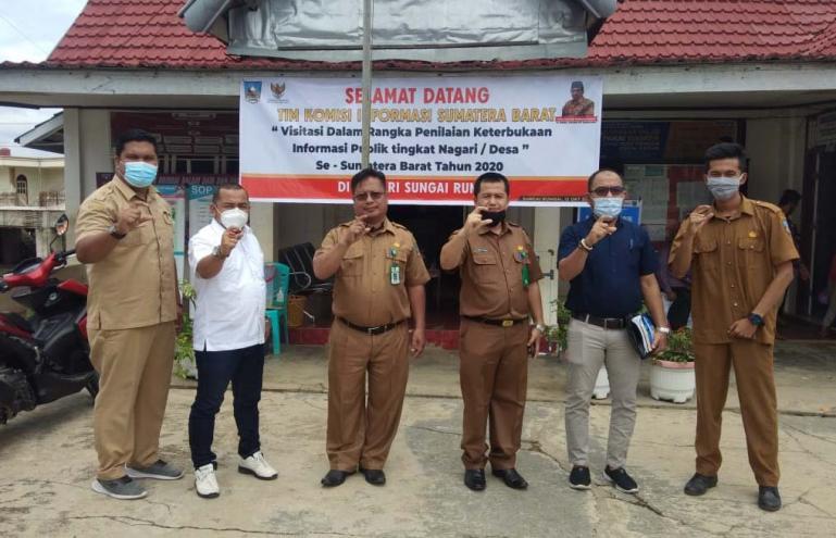 Tim visitasi KI Sumbar saat mengunjungi kantor wali nagari Sungai Rumbai, Kabupaten Dharmasraya, Senin (12/10). Dok : Istimewa)