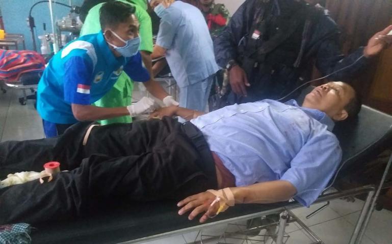 Anggota TGPF Intan Jaya, Bambang Purwoko mendapat perawatan setelah diserang pihak KKSB di Intan Jaya, Papua, Jumat (9/10). (Dok : Istimewa)