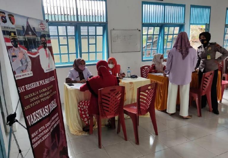 Masyarakat ikut vaksinasi Covid-19 yang dilaksanakan KNPI Pessel bersama Sat Reskrim polres setempat, Kamis (7/10). (Foto : SNM)