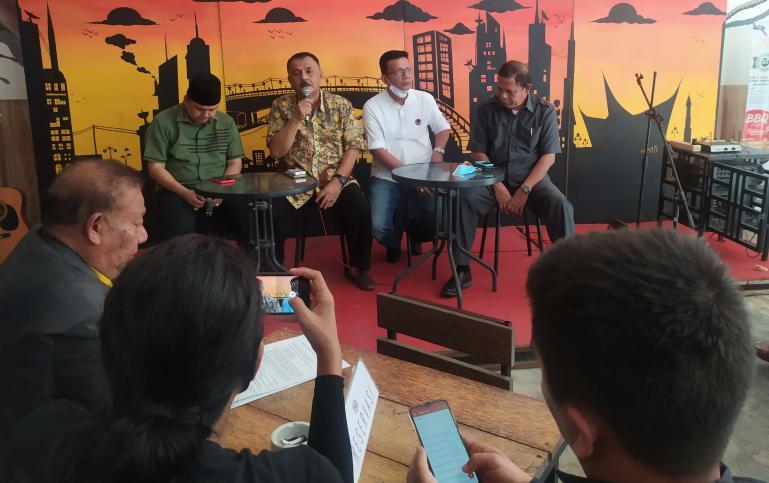 Petinggi tiga partai di Sumbar yakni PKB, Golkar dan NasDem saat konferensi pers menyangkut pembukaan pendaftaran paslon di Koalisi Poros Baru, Senin (3/8). (Dok : Amz)