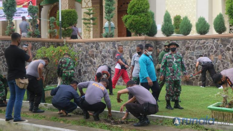Bakti sosial bersama personel Kodim 0311/Painan dan anggota Polres Pessel saat bersihkan lingkungan Masjid Akbar Baiturahman Painan, Minggu (16/8). (Foto : Snm)