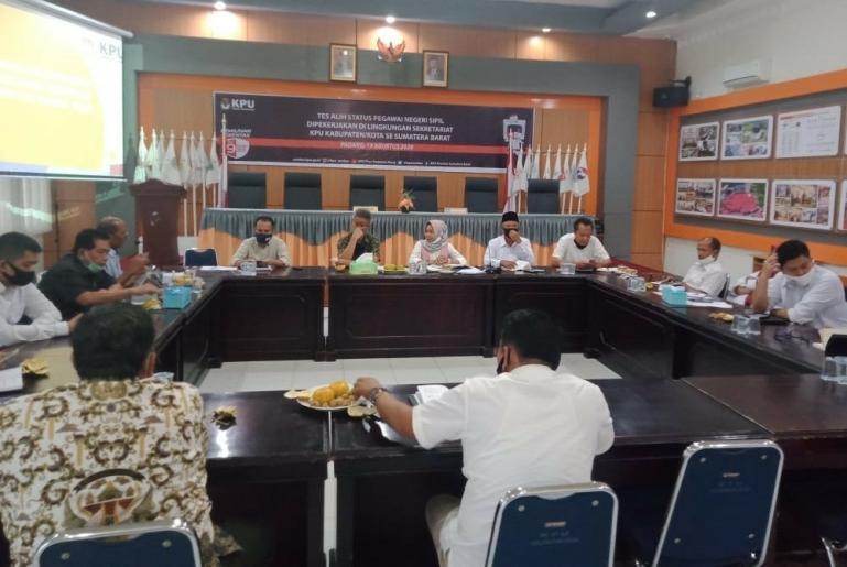 Saat pertemuan Komisi I DPRD Sumbar dengan KPU Sumbar terkait persiapan Pilgub, Senin (24/8). (Dok : Istimewa)