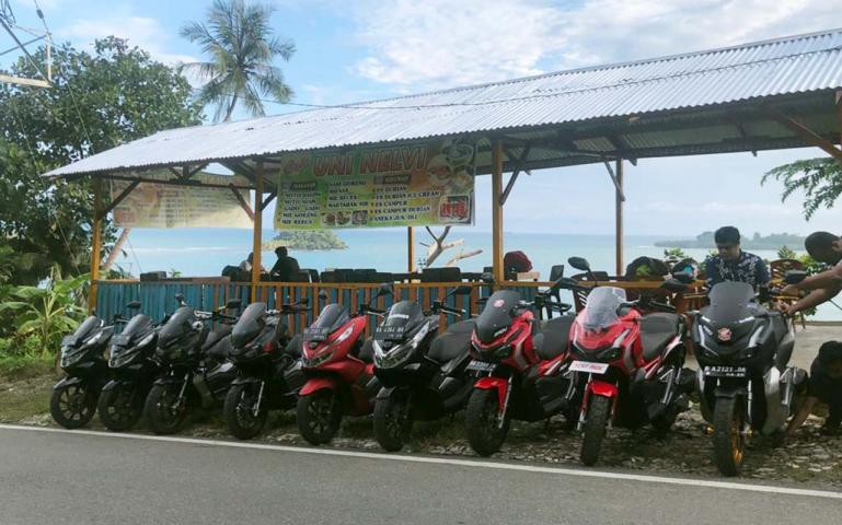Para biker dari komunitas motor Honda ADV150 atau PCX150 rehat sejenak di kawasan Gunung Padang, Jumat sore (10/7). (Dok : Istimewa)