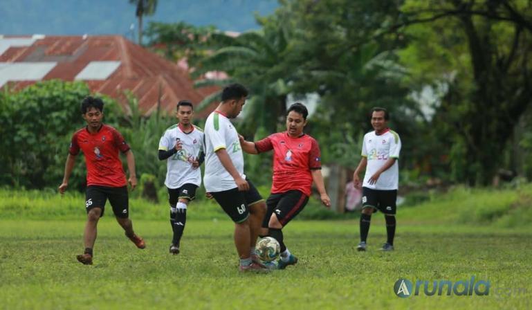 Komunitas sepakbola POFC saat fun football di Lapangan Matador, Parak Gadang, Kota Padang, Minggu (29/11). (Foto : Can)