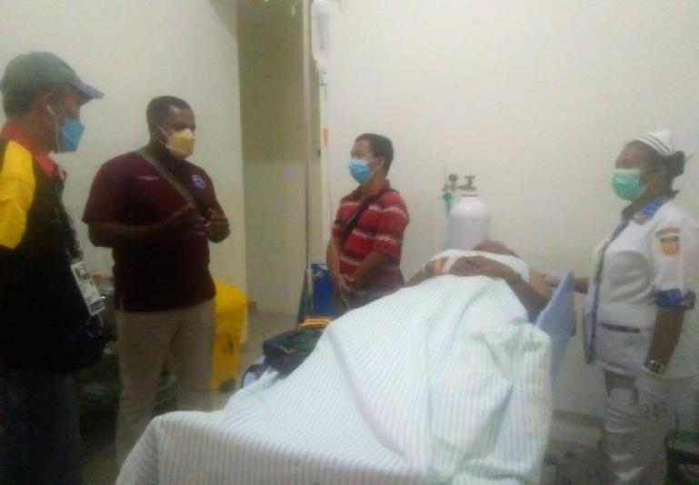 Dokter Afriwardi (bertopi) memantau keadaan Khaidir Anas yang dirawat di di RSUD di Kabupaten Jayapura, Minggu (3/10). (Dok : Istimewa)