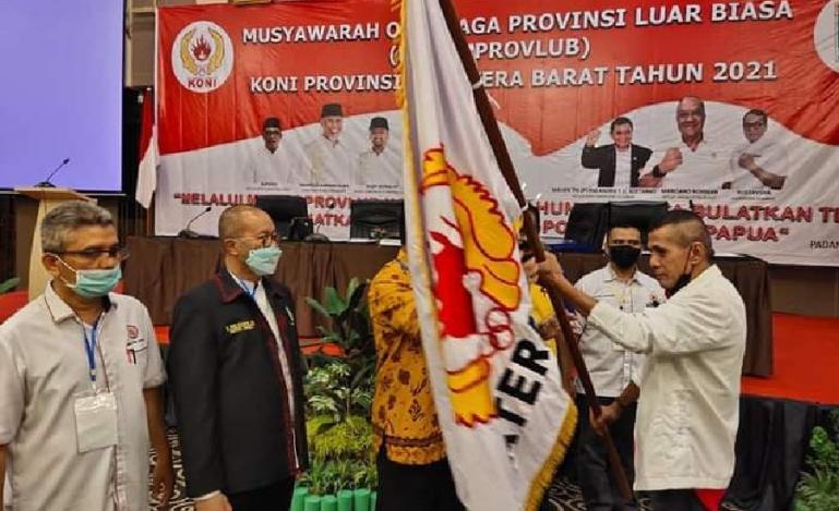 Agus Suardi alian Abien menerima Pataka KONI Sumbar setelah terpilih secara aklamasi sebagai ketua umum yang baru dalam Musprovlub KONI Sumbar, Minggu (9/5). (Dok : Istimewa)