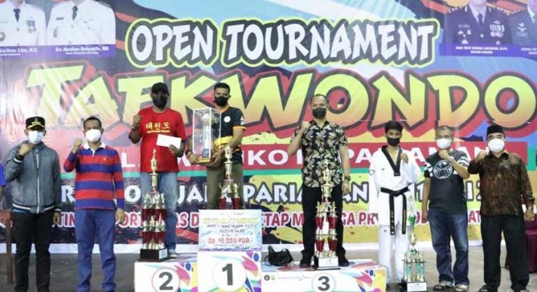 Genius Umar saat menutup kejuaraan Taekwondo terbuka Piala Wali Kota Pariaman, Sabtu malam (10/7). (Dok : Istimewa)