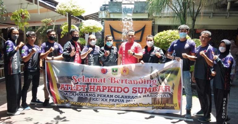 Ketua Pengprov Hapkido Sumbar, Risnaldi Ibrahim bersama pengurus dan atlet jelang berangkat ke PON XX Papua beberapa hari lalu. (Dok : Istimewa)