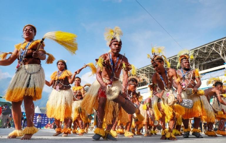 Para penari tifa Papua sedang menyambut kedatangan para kontingen di PON XX Papua, Kamis (23/9). (Dok : Istimewa)