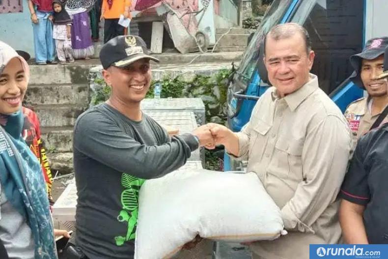 Wakil Gubernur Sumbar, Nasrul Abit serahkan bantuan secara simbolis kepada Camat Batipuh Selatan untuk korban bencana galodo yang terjadi pada Jumat (17/1) kemarin. (ist)