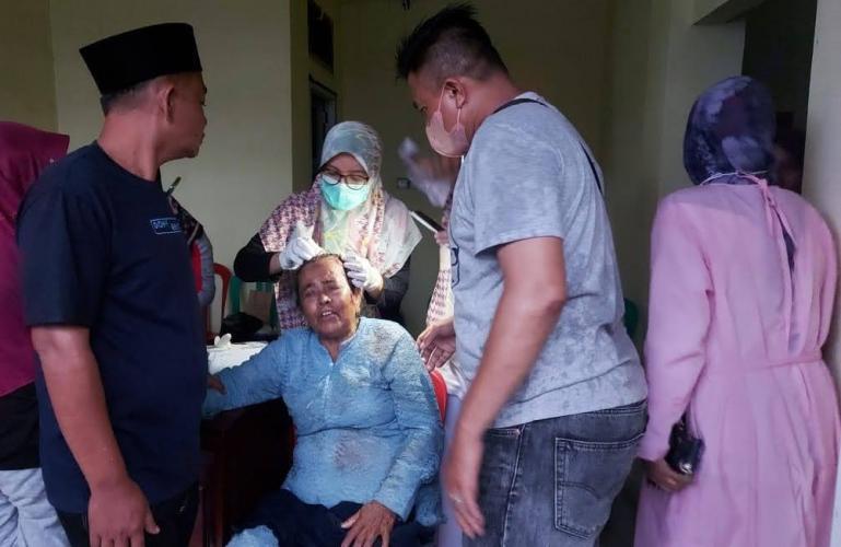 Salah seorang korban tertimpa pohon di Komplek Makam Syek Burhanuddin, mendapatkan perawatan di posko kesehatan di komplek Masjid Syek Burhanuddin, Rabu (29/9) jelang Magrib. (Dok : Istimewa)