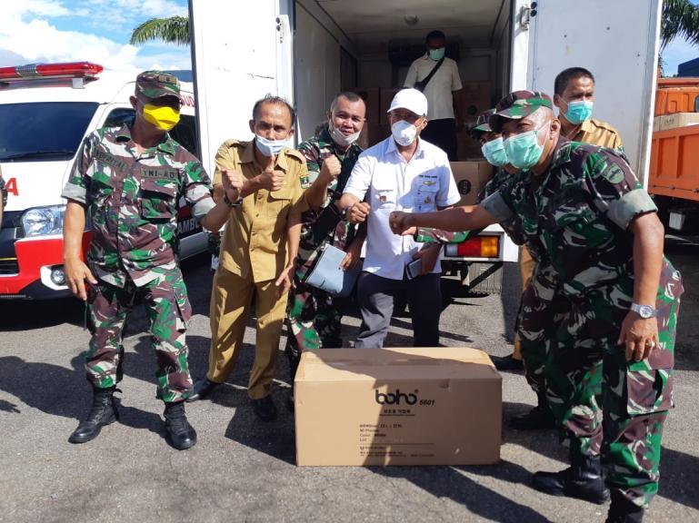Direktur Rumah Sakit Semen Padang dr Farhan menerima bantuan APD yang distribusi jajaran Korem Sumbar, Selasa (7/4). (Foto : Istimewa)