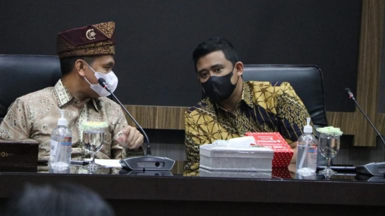 Wali Kota Pariaman, Genius Umar dan Wai Kota Medan, Bobby A Nasution dalam sebuah pertemuan di Medan, Kamis malam (17/6). (Dok : Istimewa)