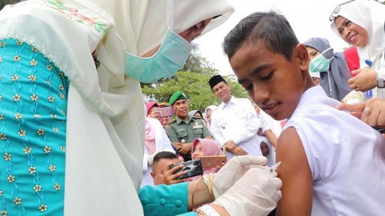 Wali Kota Pariaman, Genius Umar menyaksikan pelaksanaan imunisasi bagi siswa sekolah di kota itu beberapa waktu lalu. (Dok : Istimewa)