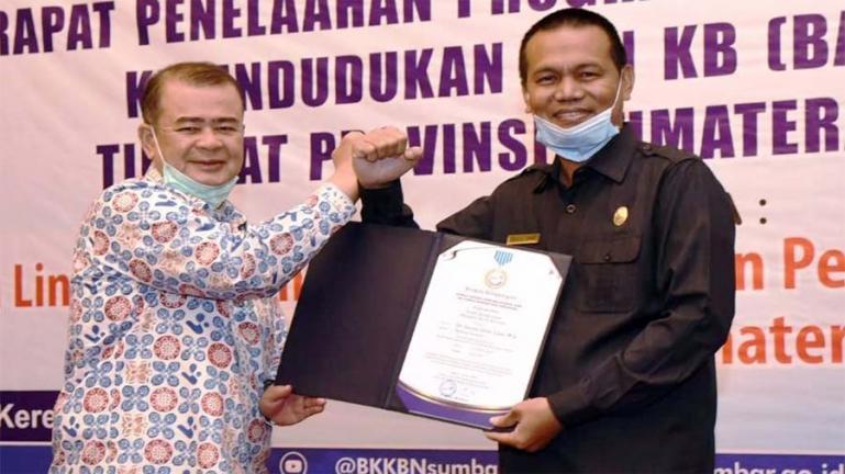 Wali Kota Pariaman, Genius Umar saat menerima penghargaan Manggala Karya Kencana (MKK) dari Wakil Gubernur Sumbar, Nasrul Abit di Padang, Selasa (18/8). (Dok : Istimewa)