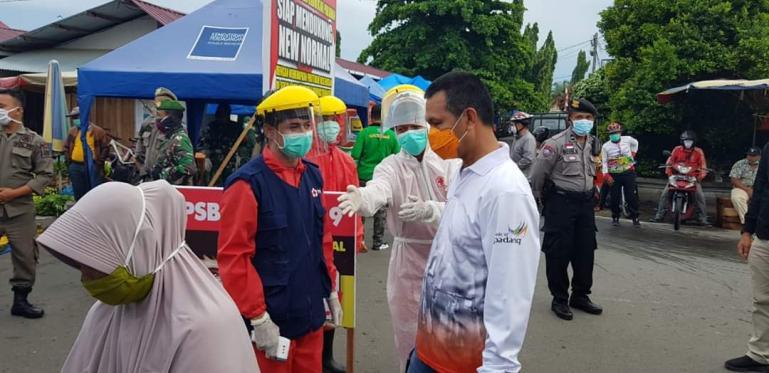 Wako Genius Umar saat meninjau kondisi pasar Pariaman jelang penerapan New Normal di kota itu, Minggu (7/6). (Foto : Istimewa)