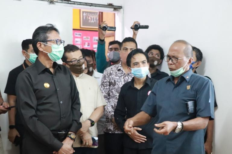Gubernur Irwan Prayitno dan Sekretaris Komisi 1 DPRD Sumbar Nurnas saat peresmian Kantor KPID Sumbar, Rabu (2/9). (Dok : Istimewa)