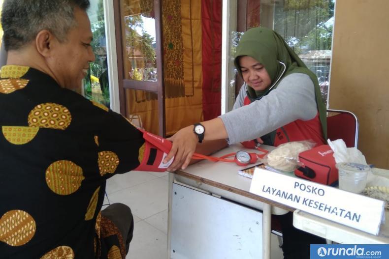 Anggota KPU Sumbar Izwaryani saat memeriksakan kesehatannya pada tim dokter di posko pelayanan yang diadakan KPU Sumbar, Minggu siang (23/2). (Foto : dyz)