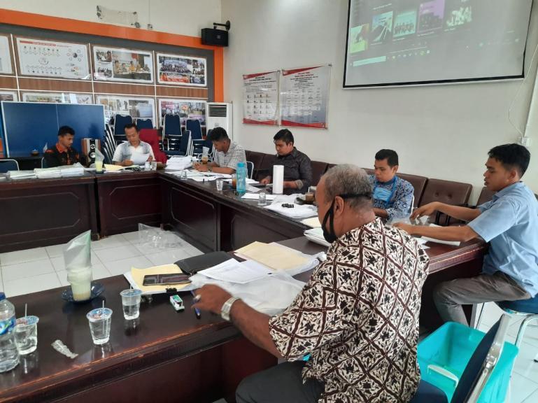 Anggota sekretariat KPU Sumbar sedang memasukan dokumen dukungan balon perseorangan untuk Verfak, Jumat (19/6). (Foto : Amz)