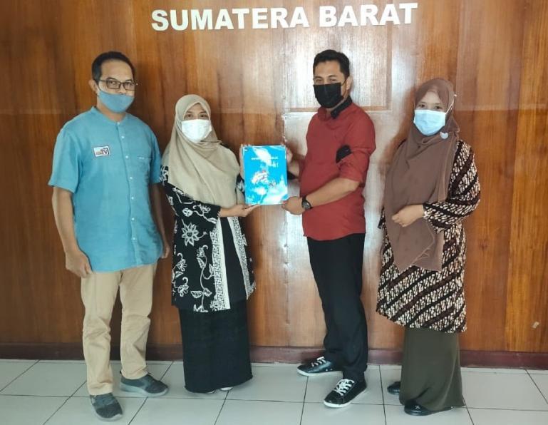 Komisioner KPU Padang Atika Triana serahkan laporan layanan keterbukaan informasi kepada Ketua KI Sumbar Nofal Wiska, Rabu siang (17/3). (Dok : Istimewa)