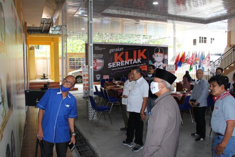 Sekretaris Komisi I DPRD Sumbar M Nurnas dan rombongan saat kunjungan kerja ke kantor KPU Kota Solok, Rabu (15/7). (Dok : Istimewa)