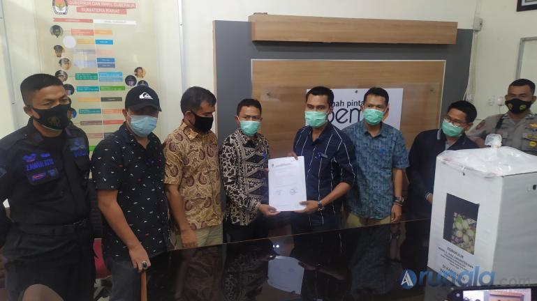 KPU dan Bawaslu Pasbar saat serahkan hasil rekapitulasi suara Pilgub Sumbar ke KPU Sumbar, Jumat sore (18/12). (Foto : Arzil)