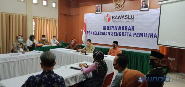 Musyawarah tertutup tahap kedua antar pihak Genius Umar dengan KPU Sumbar di Bawaslu Sumbar. Musyawarah berakhir deadlock, Sabtu (8/8). (Foto : Amz)