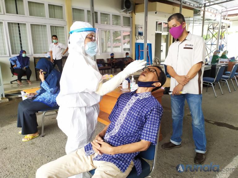 Ketua KPU Sumbar Amnasmen saat ikuti uji swab massal yang dilaksanakan KPU Sumbar, Kamis (1/10). (Foto : Amz)