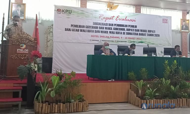 Kordiv Parmas dan SDM KPU Sumbar, Izwaryani saat membuka rapat evaluasi sosialisasi dan pendidikan politik pilkada 2020 di Padang, Selasa (9/3). (Foto : Arzil)