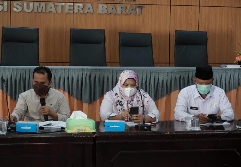 Anggota KPU Sumbar, Gebril Daulay (paling kiri) saat memimpin rakor KPU kabupaten kota se Sumbar dalam membahas draf PKPU terkait persiapan pendaftaran, verifikasi dan penetapan parpol untuk pemilu 2024, di KPU Sumbar, Kamis (16/9). (Foto : Arzil)