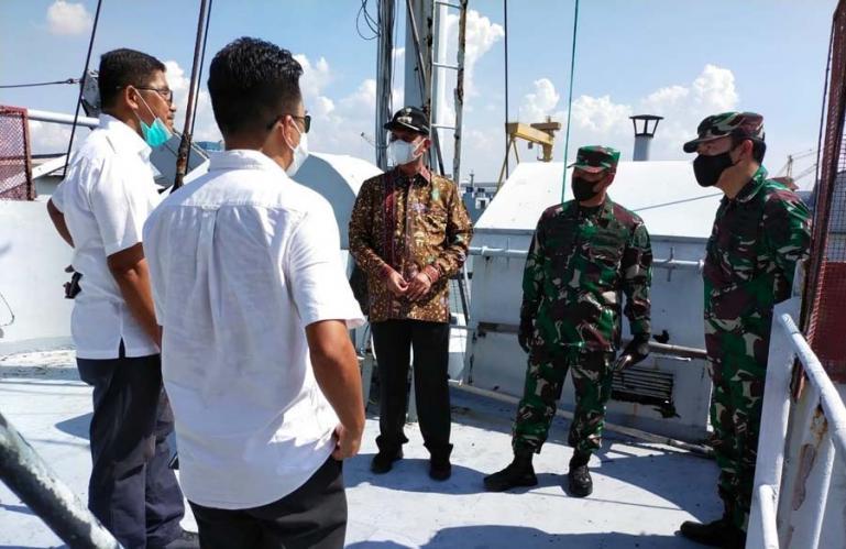 Wali Kota Genius Umar saat melihat langsung KRI Teluk Ratai 509 di Surabaya. Kapal perang ini nantinya akan dibawa ke Pariaman untuk dijadikan museum, Rabu (9/6). (Dok : Istimewa)