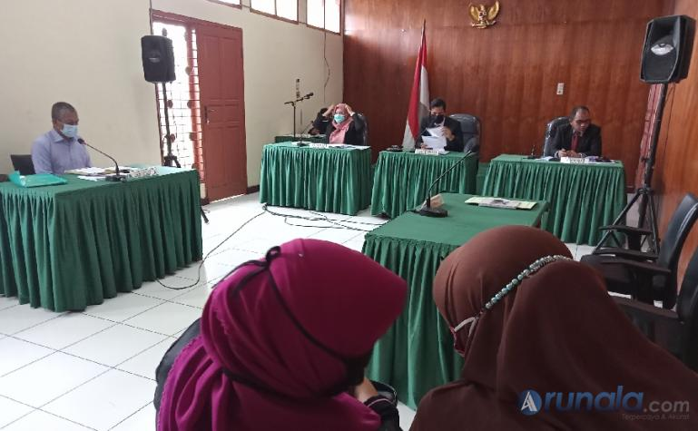 Suasana sidang sengketa informasi antara pemohon Syafri Isran dan Termohon Sekkab Agam diwakili Kabag Hukum, Desmawati, di KI Sumbar, Padang, Kamis (15/4). ( Foto : Arzil)