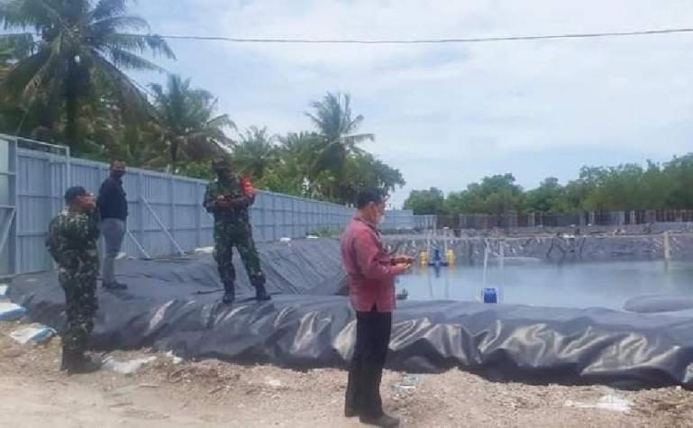 Camat Ulakan Tapakih, Emri Nurman dan tim saat lakukan pengawasan usaha tambak udang yang ada di kecamatan itu, Kamis siang (26/8). (Dok : Istimewa)