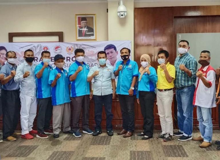 Pengurus WI Sumbar bersama Ketua KONI Sumbar, Syaiful di sela-sela pelaksanaan Rakerprov WI Sumbar, Sabtu (30/1). (Dok : Istimewa)