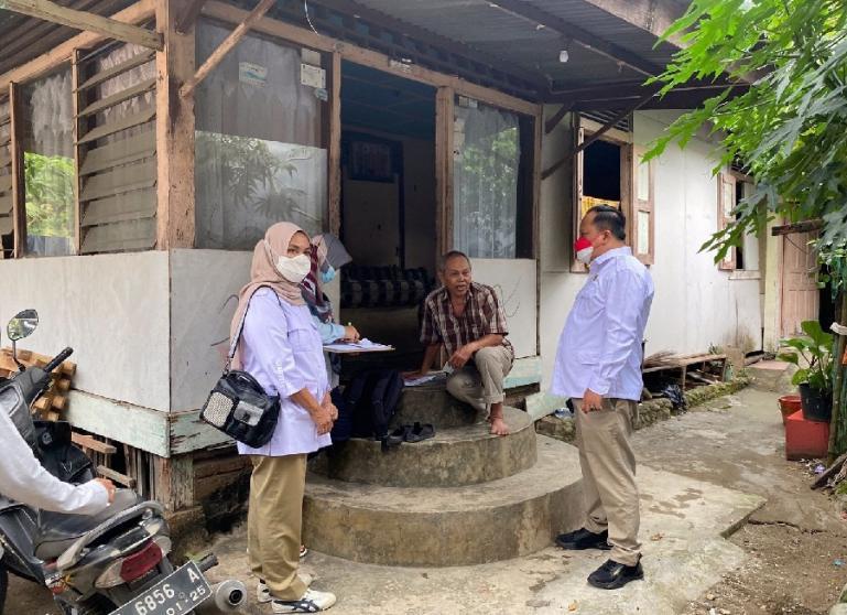 Anggota DPRD Padang Boby Rustam dan Wakil Ketua DPD Gerindra Sumbar, Nurhaida mengecek rumah warga yang akan dibedah. (Dok : Istimewa)