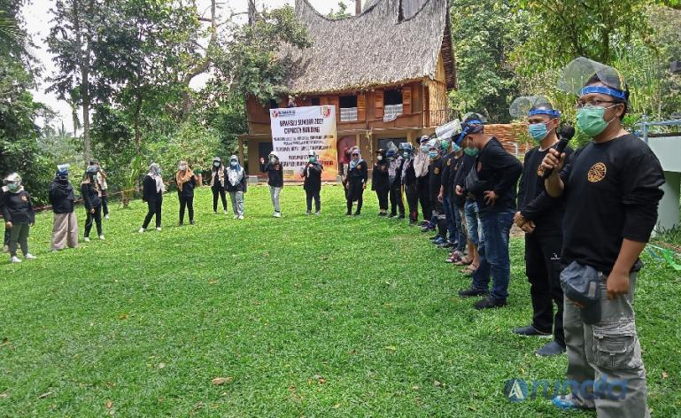 Anggota Bawaslu Sumbar, Alni saat membuka gathering yang dilaksanakan di Harau Geopark, Kabupaten Limapuluh Kota, Senin (5/4). (Foto : Arzil)