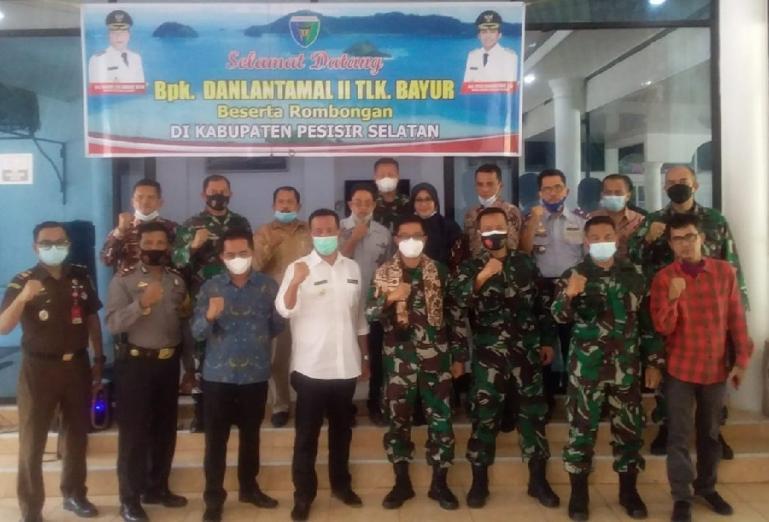 Danlantamal II Padang, Laksamana Pertama TNI Hargianto saat bersama Bupati Pessel Rusma Yul Anwar, Kamis (8/4). (Dok : Istimewa)