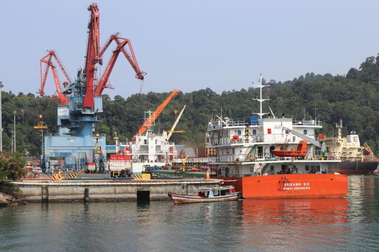 Kawasan Pelabuhan Teluk tetap beroperasi meski hari Lebaran Idul Fitri tahun itu berlangsung. (Dok : Istimewa)